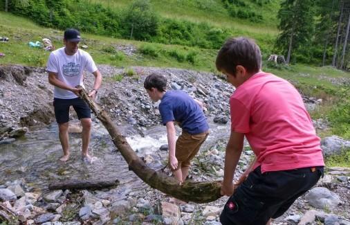 Staudamm bauen am Bach